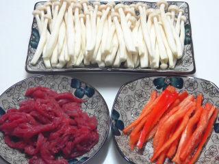 牛柳海鲜菇,准备材料,牛肉切条,海鲜菇,红辣椒切条