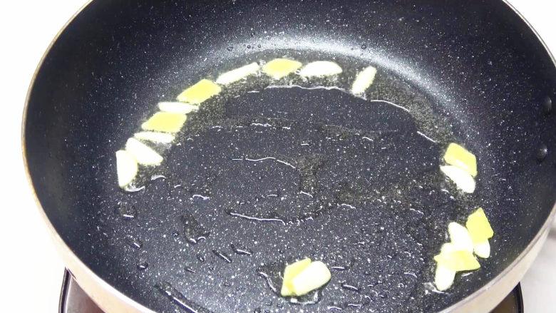 牛柳海鲜菇,锅底留油,炒香姜蒜