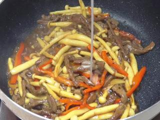 牛柳海鲜菇,加入水淀粉勾芡