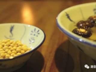 苦瓜排骨汤,❥ 清洗香菇和黄豆
