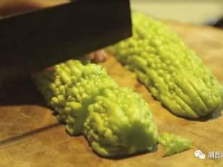 苦瓜排骨汤,❥ 苦瓜对半切开,挖走瓜籽,切块