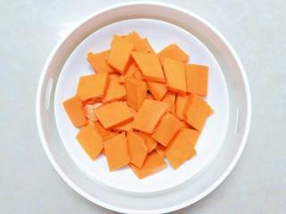 猪猪奶黄包,白面发酵的过程,我们把南瓜切片!