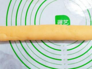 猪猪奶黄包,然后把头天制作好的奶黄馅搓成圆条状!