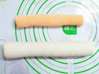猪猪奶黄包,接下来把发酵好的百年团和黄面团都搓成圆条!