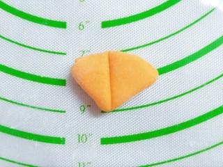 猪猪奶黄包,切一点南瓜面团,擀成三角状,对半切,用来做猪猪耳朵,猪猪嘴巴,就把南瓜面团切成正方形贴上去,用筷子把四边摁一下就可以了!