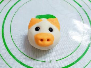 猪猪奶黄包,做好耳朵鼻子后,再把眼睛摁上去,也可以先摁眼睛再做鼻子耳朵!