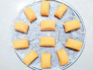 猪猪奶黄包,后面剩下的黄面团来不及做别的造型了,顺手加入了剩下的那一点点白面团,一起切成了双色馒头!