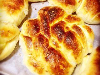 红糖黄油椰香面包(手工版),20分钟后,黄油奶,香红焦糖,面包的香味已经四溢了,看起是不是已经很好吃的样子了呀😍!接着把16混合液重复刷在面包表面,改用150度上下火烤5分钟