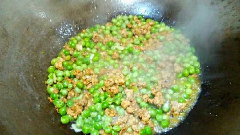 厨房挑战+荤菜+烂肉豌豆(肉末豌豆),翻炒均匀,继续盖上锅盖烧,烧至水干,如上图。