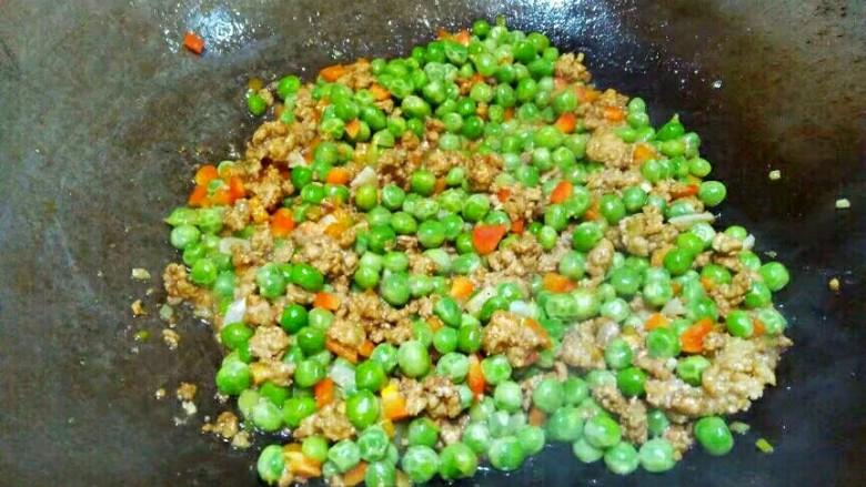 厨房挑战+荤菜+烂肉豌豆(肉末豌豆),翻炒片刻即可