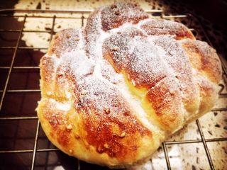 红糖黄油椰香面包(手工版),取出放在烤架上冷却