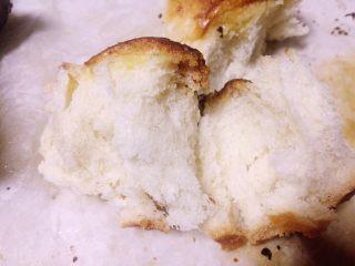红糖黄油椰香面包(手工版),迫不及待了趁热赶快吃一个,外酥里软,口感细腻,红糖的焦香和奶香椰香交织在一起,满口的好吃一定能满足一张吃货的嘴😀😍😂