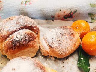 红糖黄油椰香面包(手工版),配点水果看起是不是更有食欲!外貌协会的也能达到标准😍😀