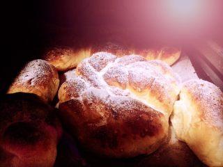 红糖黄油椰香面包(手工版),用130上下火烤5分钟,再静止5分钟取后取出