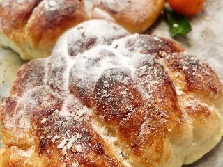 红糖黄油椰香面包(手工版),拉进了来张特写,怎么样呢?表皮上了红糖是不是更加的诱人呢😍😋?是你想要的面包吗😍😍😋