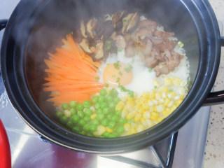 超简单又好吃的彩虹煲仔饭,8、打开砂锅倒入料汁撒上葱花即可。