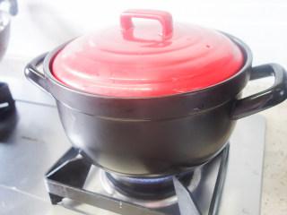 超简单又好吃的彩虹煲仔饭,3、烧开后转小火