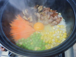 超简单又好吃的彩虹煲仔饭,7、打入一个鸡蛋关火焖2-5分钟 时间根据你要鸡蛋的生熟程度决定