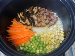 超简单又好吃的彩虹煲仔饭,6、胡萝卜丝、青豆、玉米粒摆在米饭上,中间留出一个洞