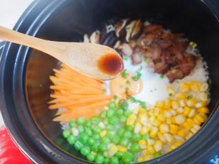 超简单又好吃的彩虹煲仔饭,10、用勺子淋上调好的酱汁,搅拌一下即可食用
