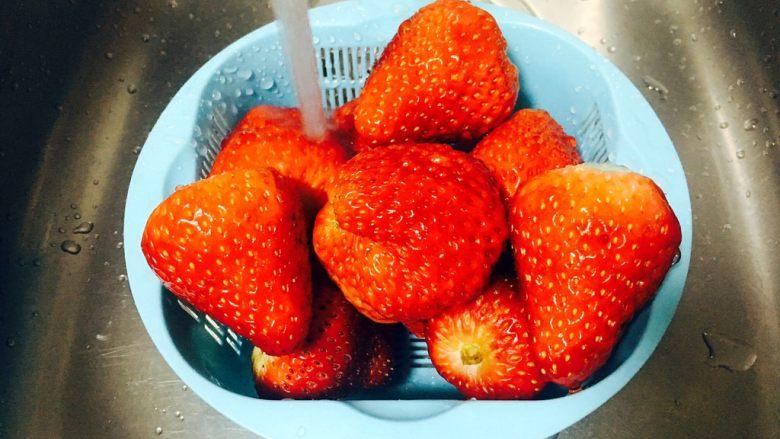 古法熬制 草莓酱,用淡盐水把草莓泡10分钟,再清洗干净。