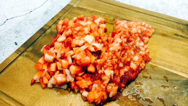 古法熬制 草莓酱,把草莓切成颗粒状,颗粒的大小随个人喜欢。我切的草莓有一半颗粒稍微大点,有的颗粒稍微小点。