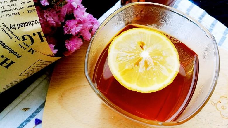 柠檬生姜蜜红茶 预防冬季感冒,清新的柠檬香,浓郁的红茶香,微酸中清甜,早餐时来一杯,精神一振。