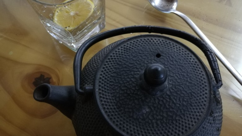 柠檬生姜蜜红茶 预防冬季感冒,在铁壶中加入碾碎的<a style='color:red;display:inline-block;' href='/shicai/ 866'>冰糖</a>,盖上盖子浸泡3-5分钟,没有茶末的用红茶可以煮2分钟。