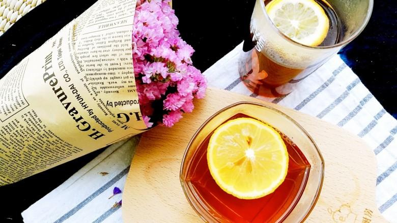 柠檬生姜蜜红茶 预防冬季感冒,一杯热乎乎的柠檬红茶,让你精神振奋的开始新的一天,胃暖暖的,在寒冷冬季预防感冒很有效哦。