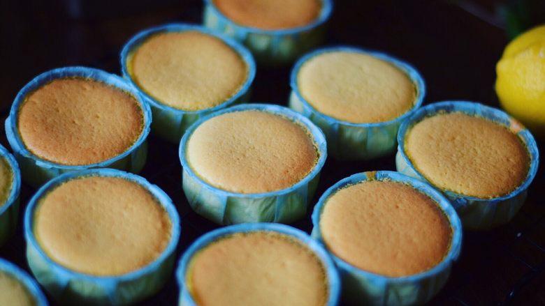 不一样的海绵杯子蛋糕,成品(这里说下,不知道蛋糕有没有完全熟的鉴别方式,用一根牙签插到蛋糕里,抽出来牙签上没有带出面糊渣就是完全熟了,如果有面糊渣粘在上面就接着继续烤)