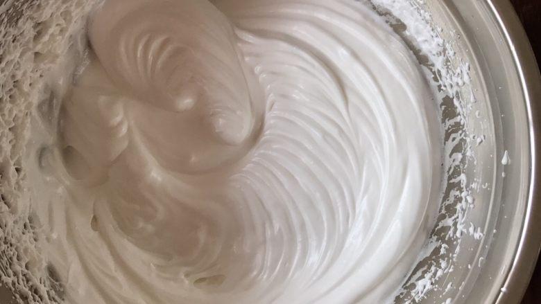 不一样的海绵杯子蛋糕,蛋白打到硬性状态。纹路不会消失,提起打蛋器会有尖尖角时,就是打发好了。