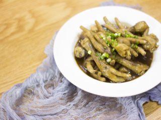 厨房挑战+荤菜+秘制红烧鸡爪,装盘,加入葱花点缀;
