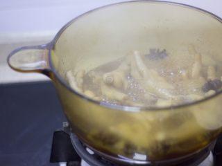 厨房挑战+荤菜+秘制红烧鸡爪,沸腾的鸡爪,已经闻到香气;