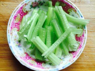 挑战厨房 +素菜+清炒盘菜,芹菜洗干净切段备用