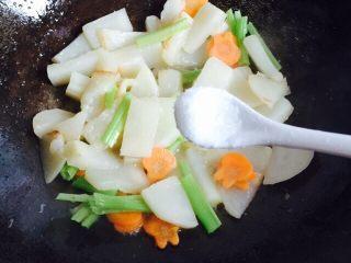 挑战厨房 +素菜+清炒盘菜,加适量的味精翻炒均匀关火