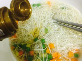 懒人版快手美味汤面~,将面倒入碗中,留一部分汤水~喜欢吃拌面的就不用流汤水了~然后倒入适量味极鲜、醋、香油~不喜欢吃醋的就不放哈~然后搅拌一下~
