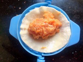 厨房挑战+荤菜+胡萝卜猪肉馅饺子,放入少许肉馅
