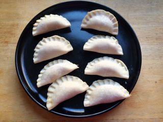厨房挑战+荤菜+胡萝卜猪肉馅饺子,包好的饺子先放盘子