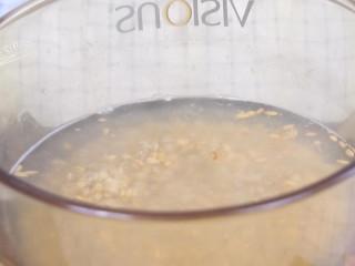 香蕉酸奶麦片,入锅煮8分钟,盛入碗中。尝了一下,这种状态只要轻轻嚼一嚼,出锅前妈妈尝一下。 >>即食燕麦,只要用热水或热牛奶泡一下就可以了。上面的步骤都不需要。