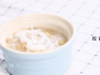 香蕉酸奶麦片,最后将自制酸奶淋入。自制的酸奶没有糖份,如果是市售的,香蕉的量可以减,否则会太甜。