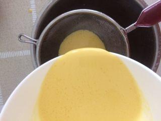香蕉班戟,搅拌均匀后,过筛两次