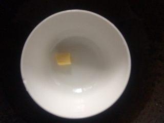 香蕉班戟,黄油隔水融化,加入蛋液