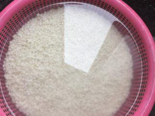 糯米烧卖,先将糯米洗干净放入水中浸泡一小时