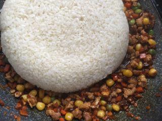 糯米烧卖,翻炒均匀后加入蒸好的糯米继续翻炒