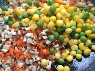 糯米烧卖,依次加入香菇,胡萝卜,玉米粒,豌豆
