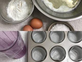 柠檬香戚风纸杯蛋糕,把食材全部准备好,12连模放上大号纸托,裱花袋先套在高一点瓶子里备用。