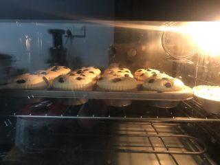 柠檬香戚风纸杯蛋糕,送进提前预热好的烤箱中层,上下火145度40分钟后转160度5一8分钟,表面金黄色就好。