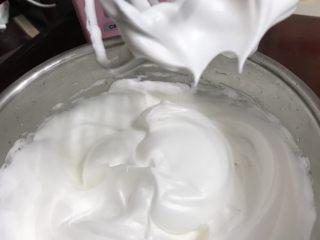 柠檬香戚风纸杯蛋糕,最后用电动打蛋器低速打至干性发泡状态,拿起打蛋头有直立的小尖角,打好的蛋白细腻有光泽。