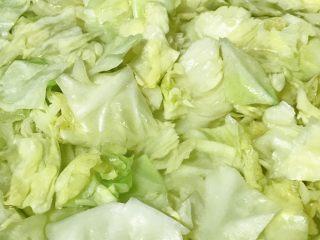 麻油蒜蓉卷心菜,看卷心菜叶颜色变深,马上捞出。