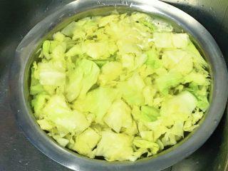 麻油蒜蓉卷心菜,浸泡在凉水里。
